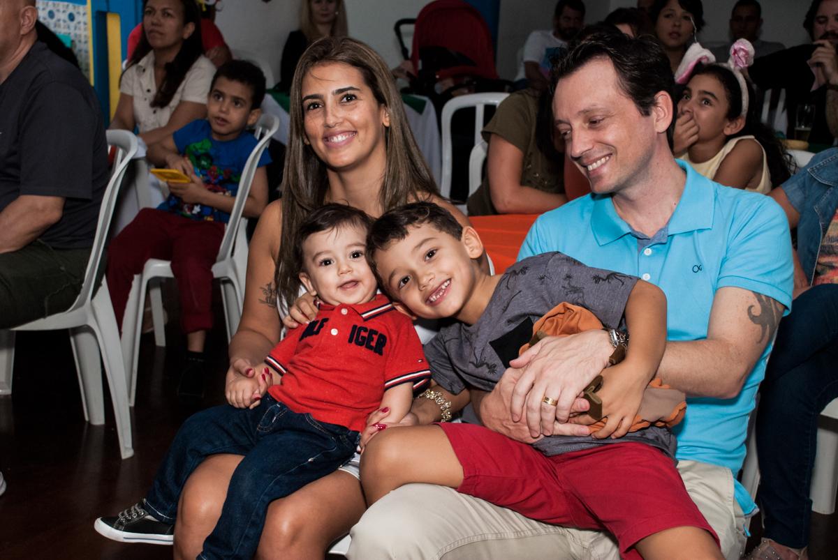 assistindo a retrospectiva no Buffet Grand Kid's, Cotia São Paulo, aniversário de Joseph 1 ano, tema da festa páscoa