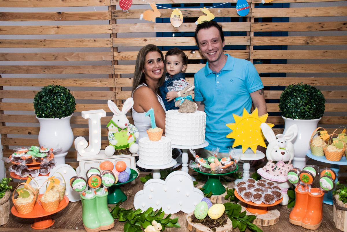 fotografia da família na mesa decorada no Buffet Grand Kid's, Cotia São Paulo, aniversário de Joseph 1 ano, tema da festa páscoa