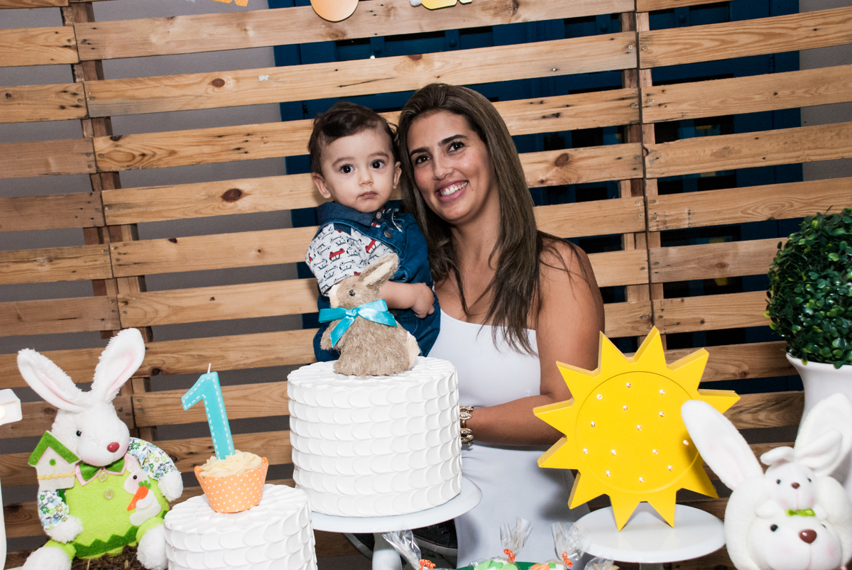 Foto mãe e filho no Buffet Grand Kid's, Cotia São Paulo, aniversário de Joseph 1 ano, tema da festa páscoa