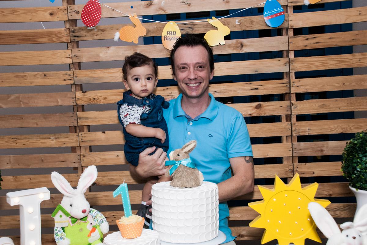 foto pai e filho no Buffet Grand Kid's, Cotia São Paulo, aniversário de Joseph 1 ano, tema da festa páscoa