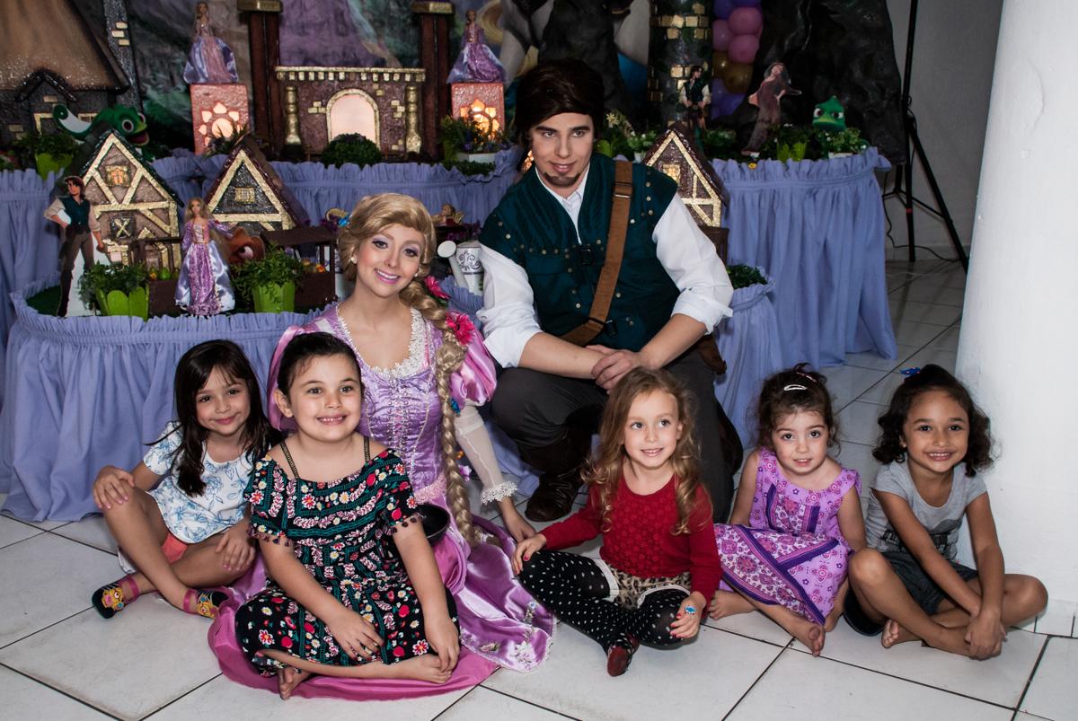 rapunzel faz fotos com as crianças