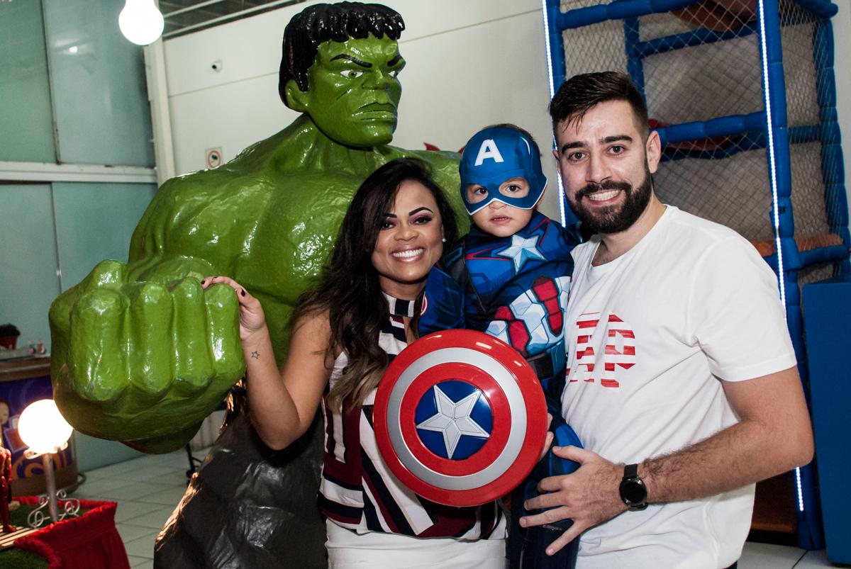 posando para a foto com o incrivel hulk