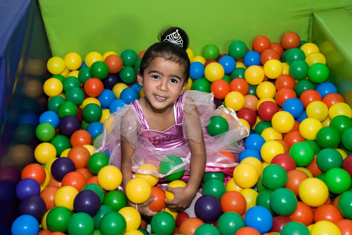 brincadeira animada com as bolinhas coloridas