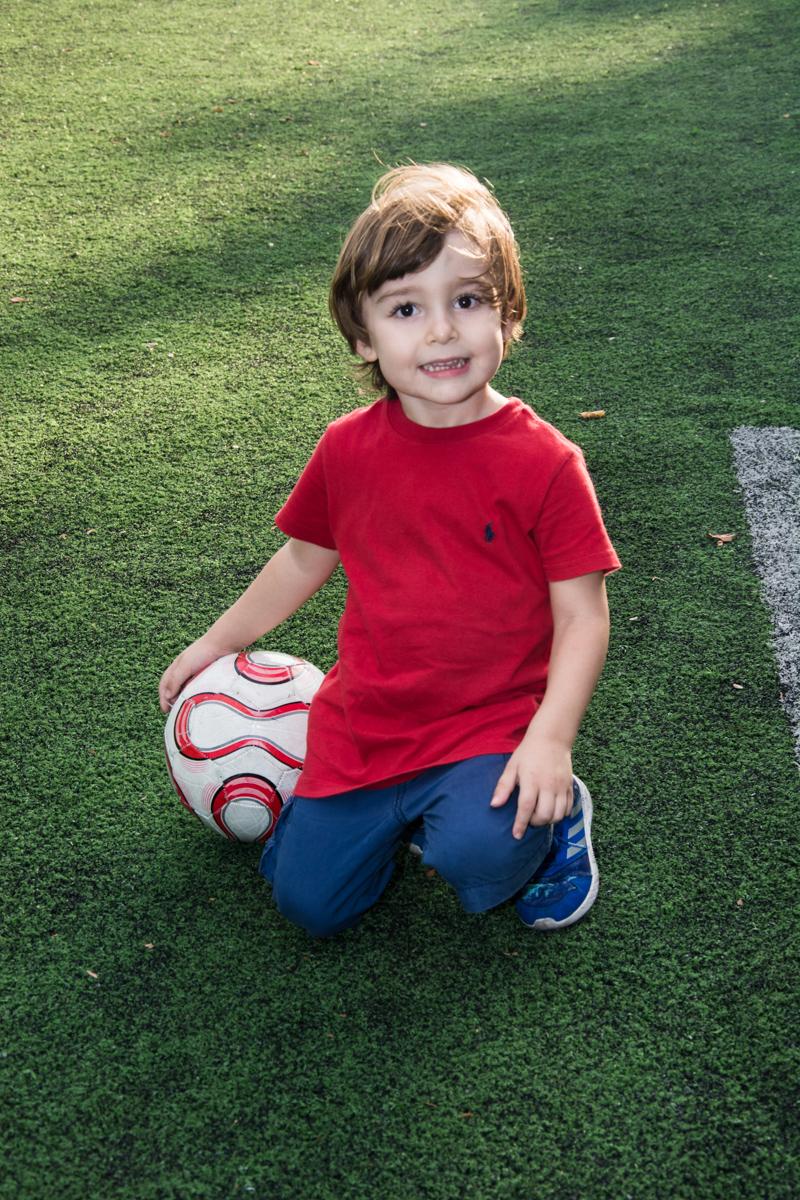 O garotinho também curte o futebol