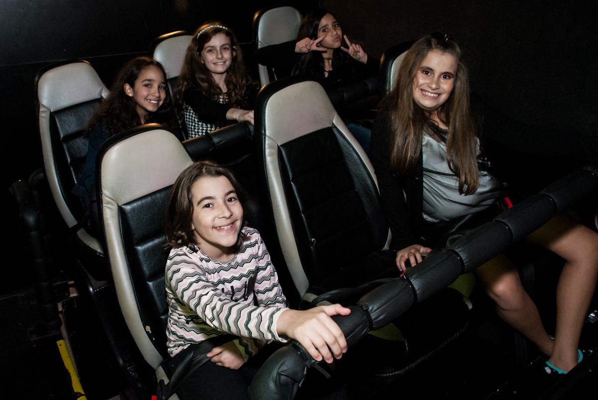 todos os amigos convidados vão a sala de cinema 3 D