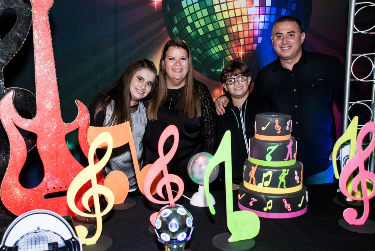familia feliz com a fesa da Julia e Felipe 10 anos