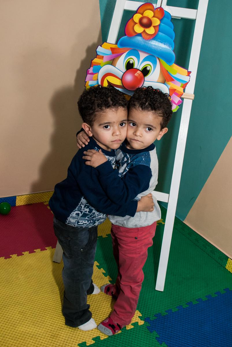abraço gostoso dos irmãos gêmeos
