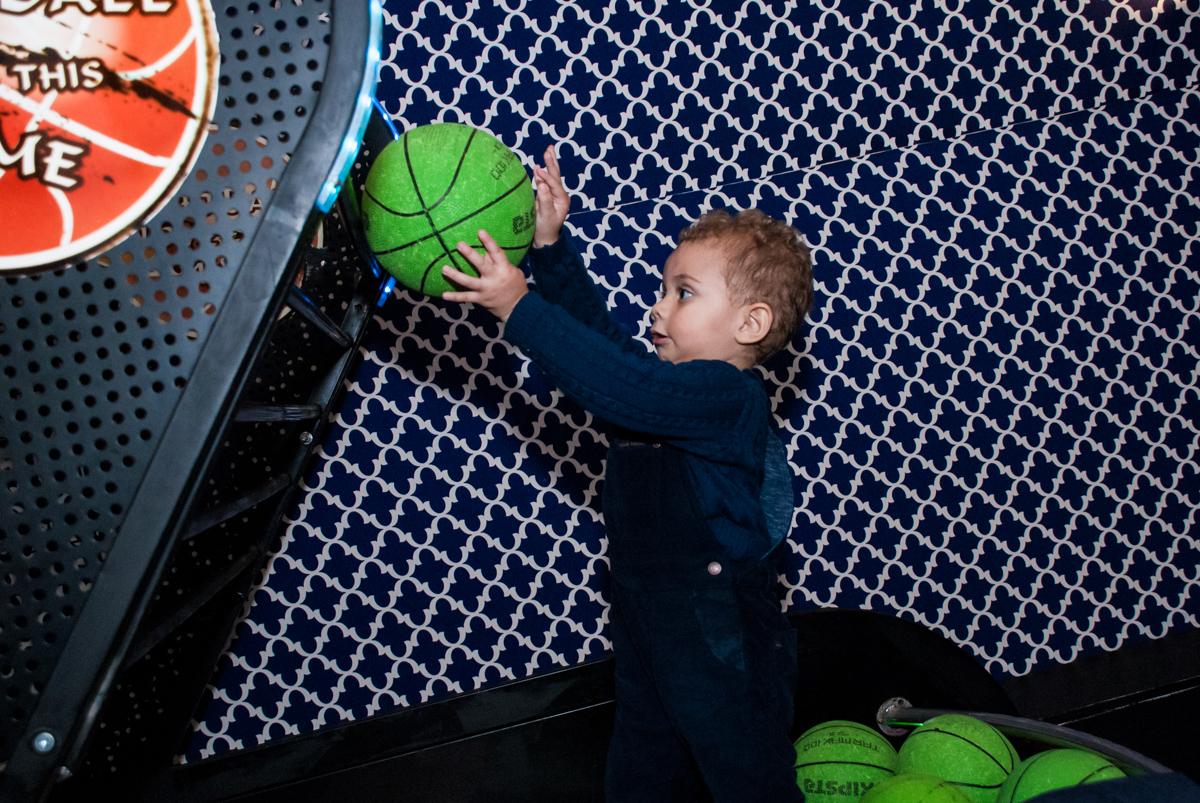 primo também brinca no jogo de basquete