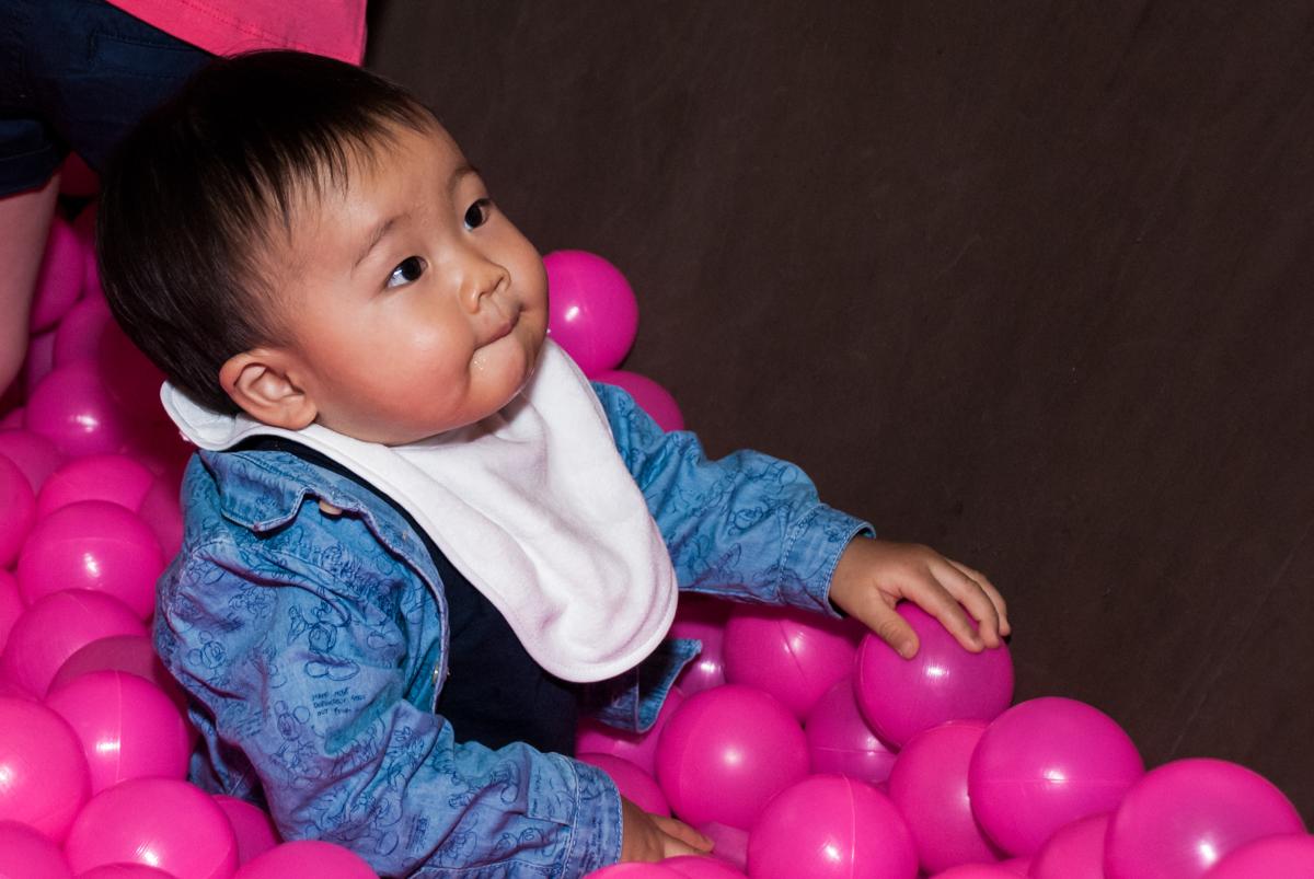A Bebê também brinca na piscina de bolinhas