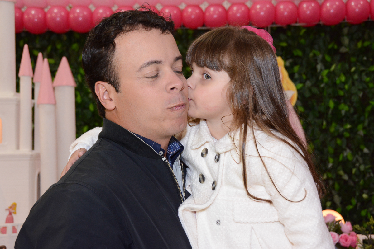 fotografia da aniversariante beijando o pai Buffet Comics São Paulo SP