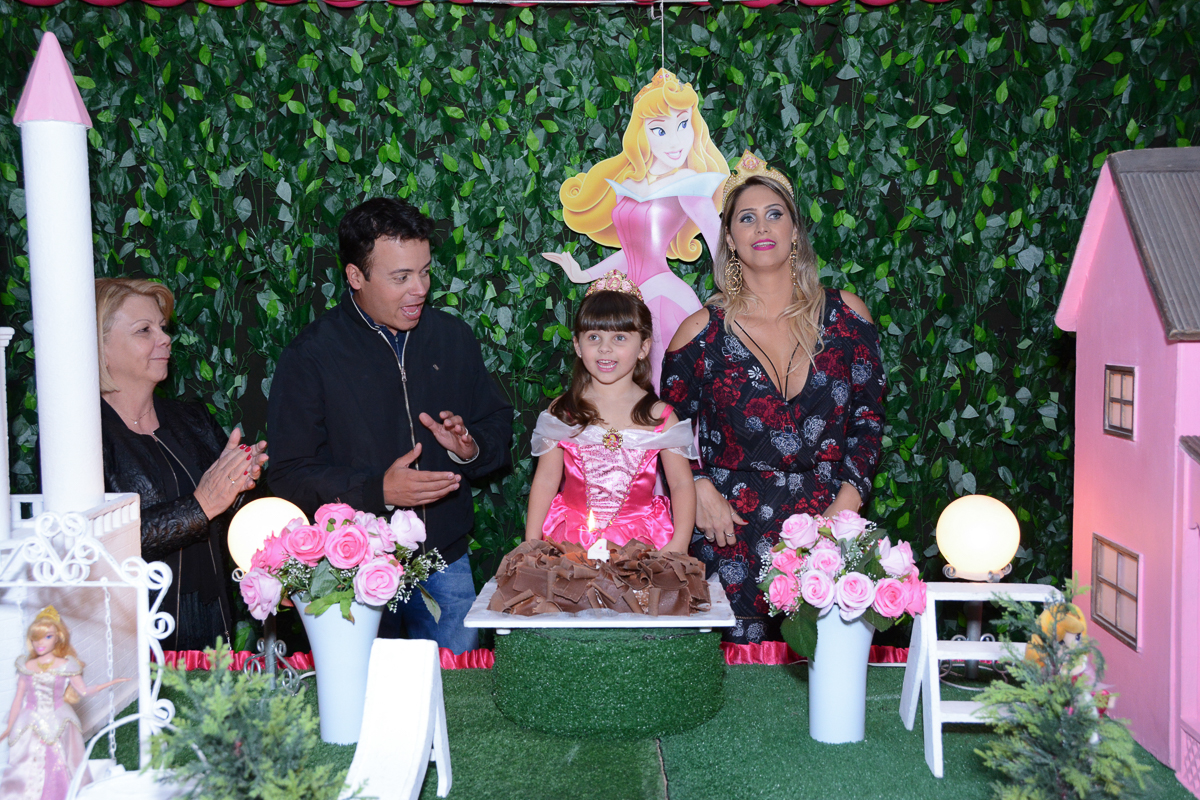A família na mesa do Parabéns, Buffet Comics, São Paulo-SP