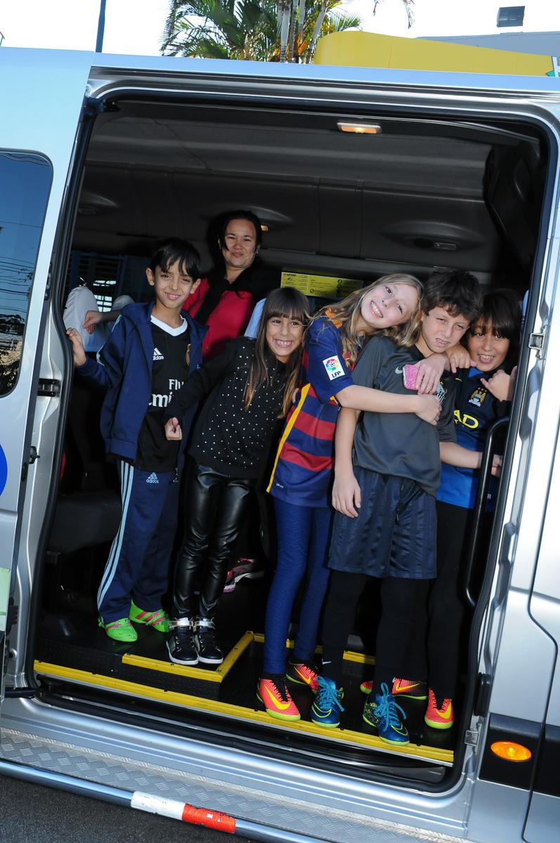 Fotografia das crianças chegando para o niversário no Buffet High Soccer