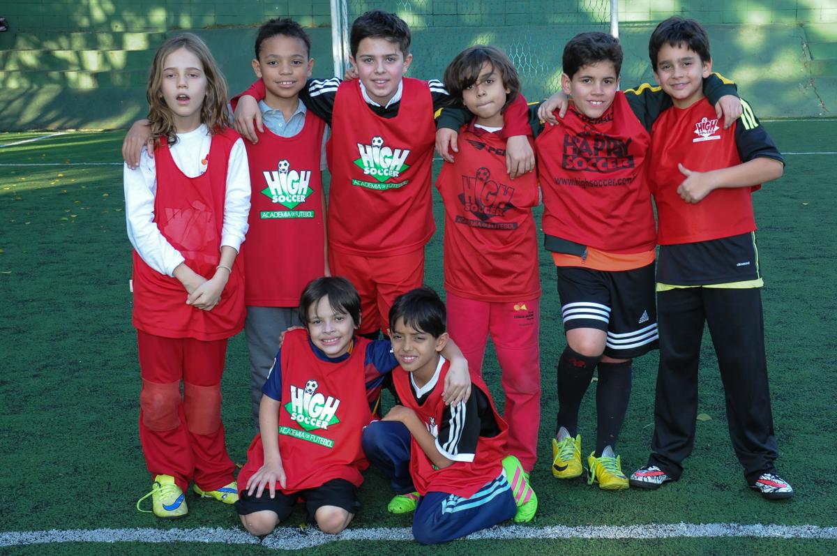 Fotografia das crianças posando no campo de futebol do Buffet High Soccer