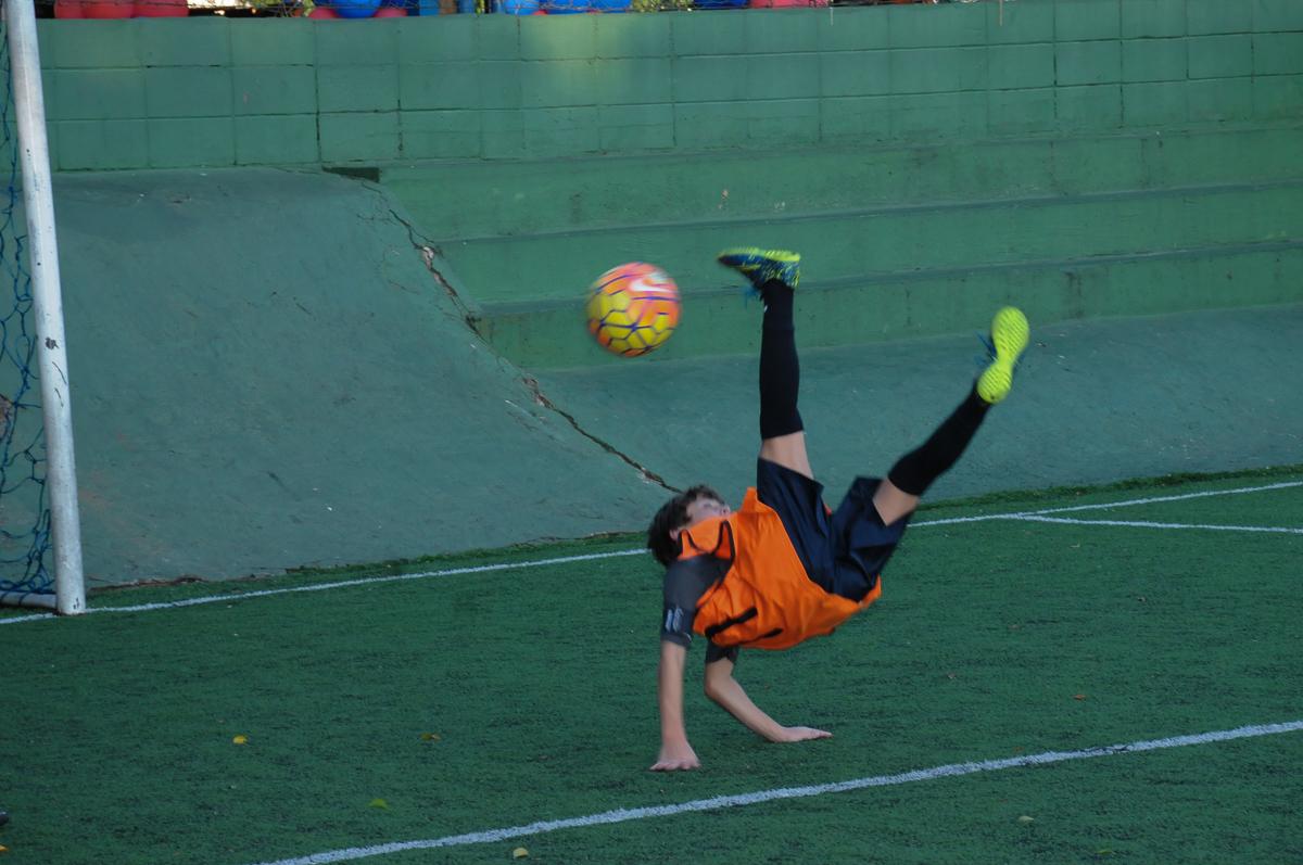 Fotografia de um gol de bicicleta no campo de futebol do Bufett High Soccer