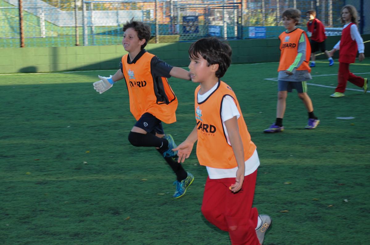Fotografia de comemoração de gol no campo de futebol do High Soccer