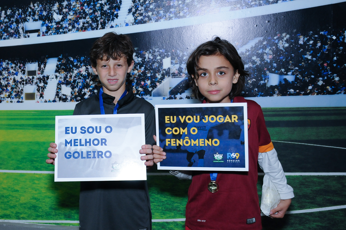 Fotografia dos amiguinhos do aniversariante com a placa do Buffet  High Soccer