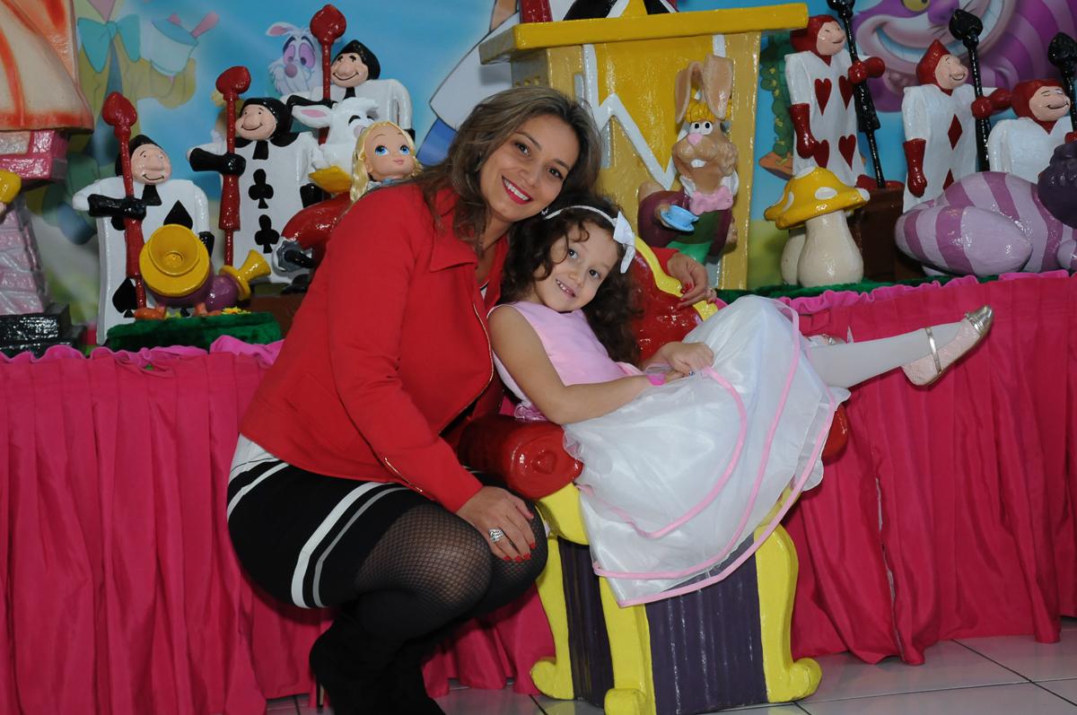 Foto da aniversariante com a mãe na mesa Alice no País das Maravilhas no Buffet Magic Joy