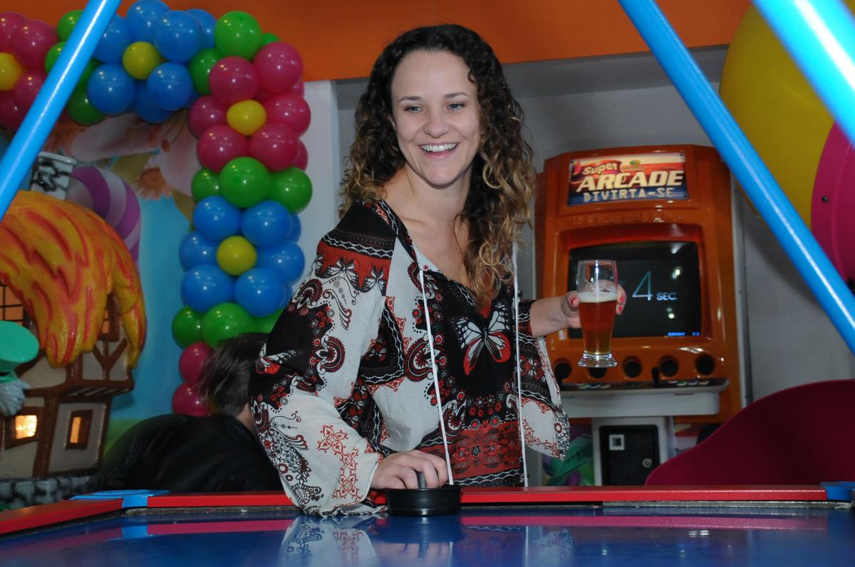 Fotografia mãe da amiguinha no brinquedo no Buffet Magic Joy