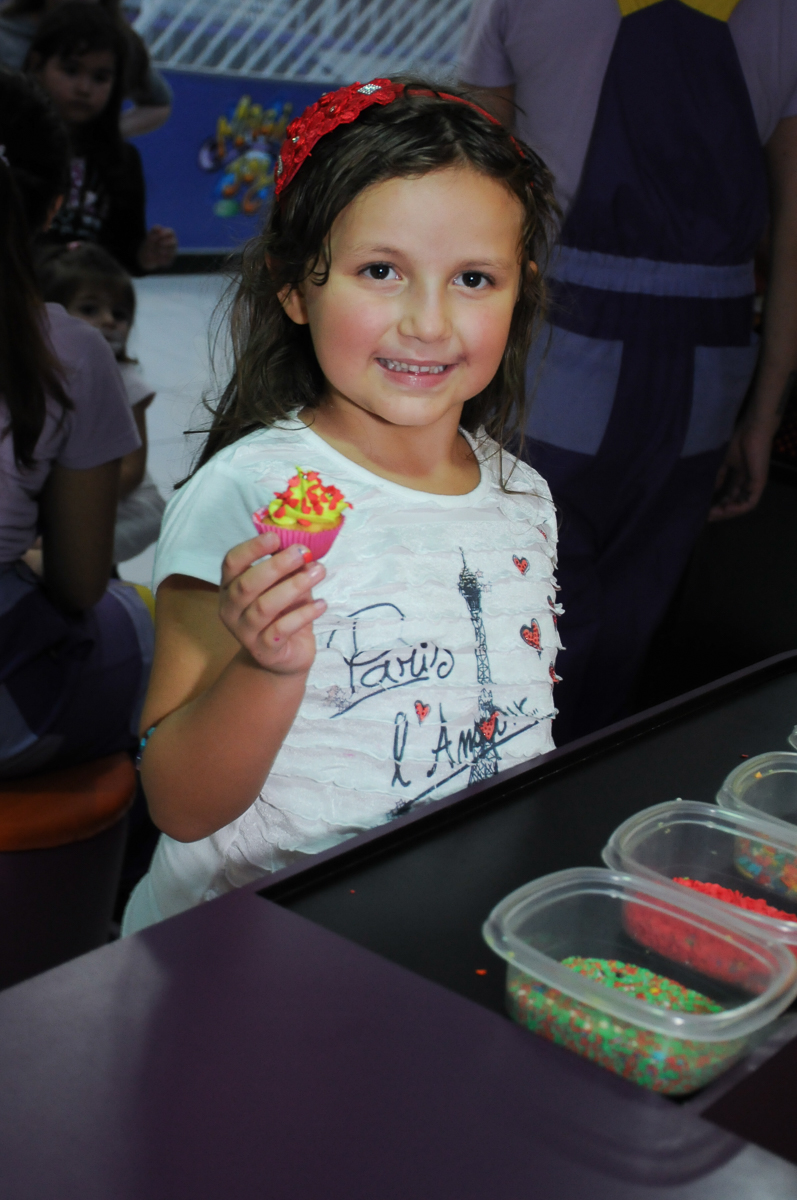 Fotografia com cupcake no Buffet Magic Joy