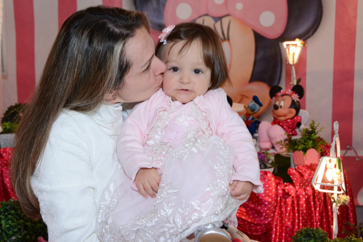 Mamãe beijando Lorena em frente a mesa decorada  no Buffet Planeta Kids, São Paulo - SP