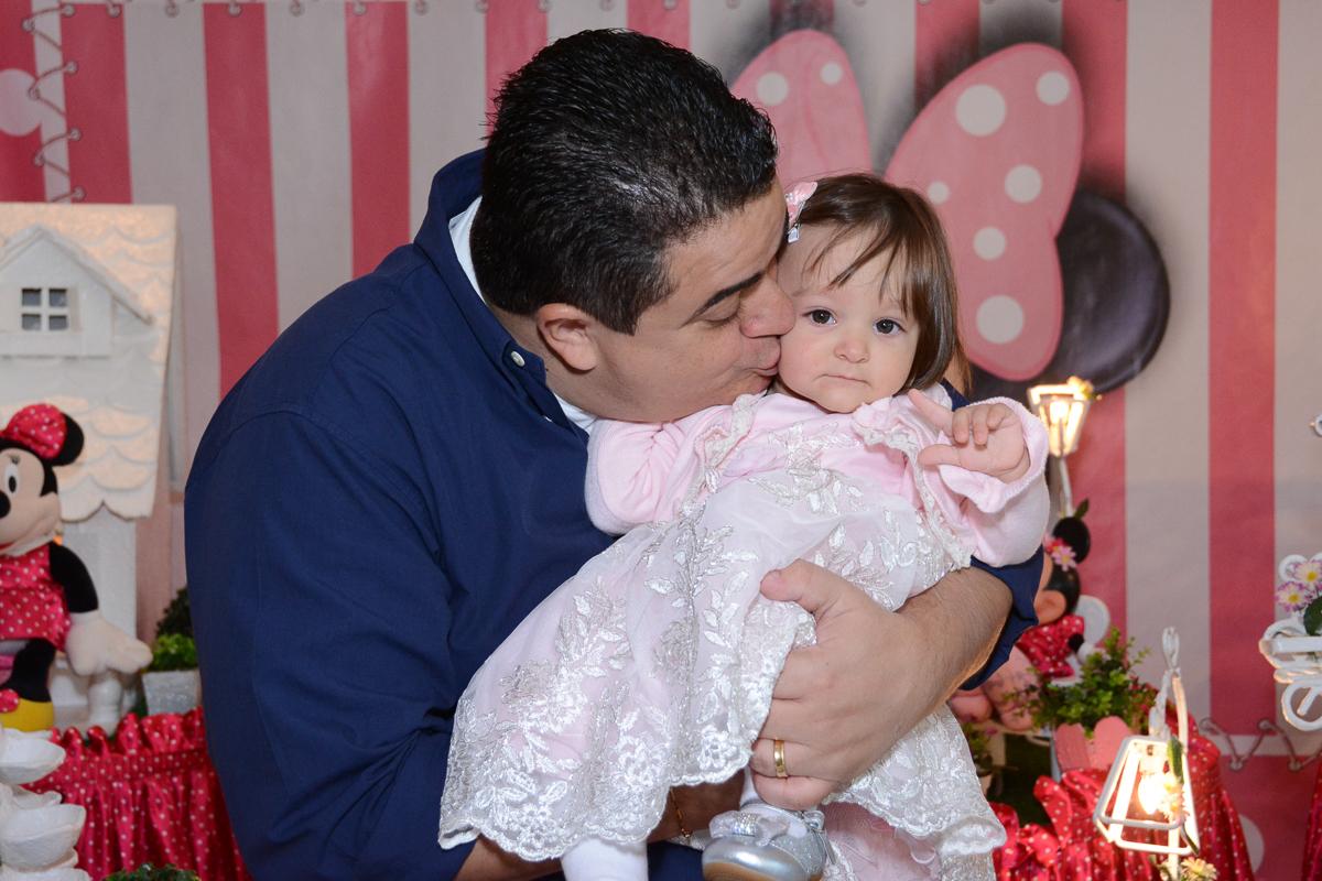 Papai beijando Lorena em frente a mesa decorada  no Buffet Planeta Kids, São Paulo - SP