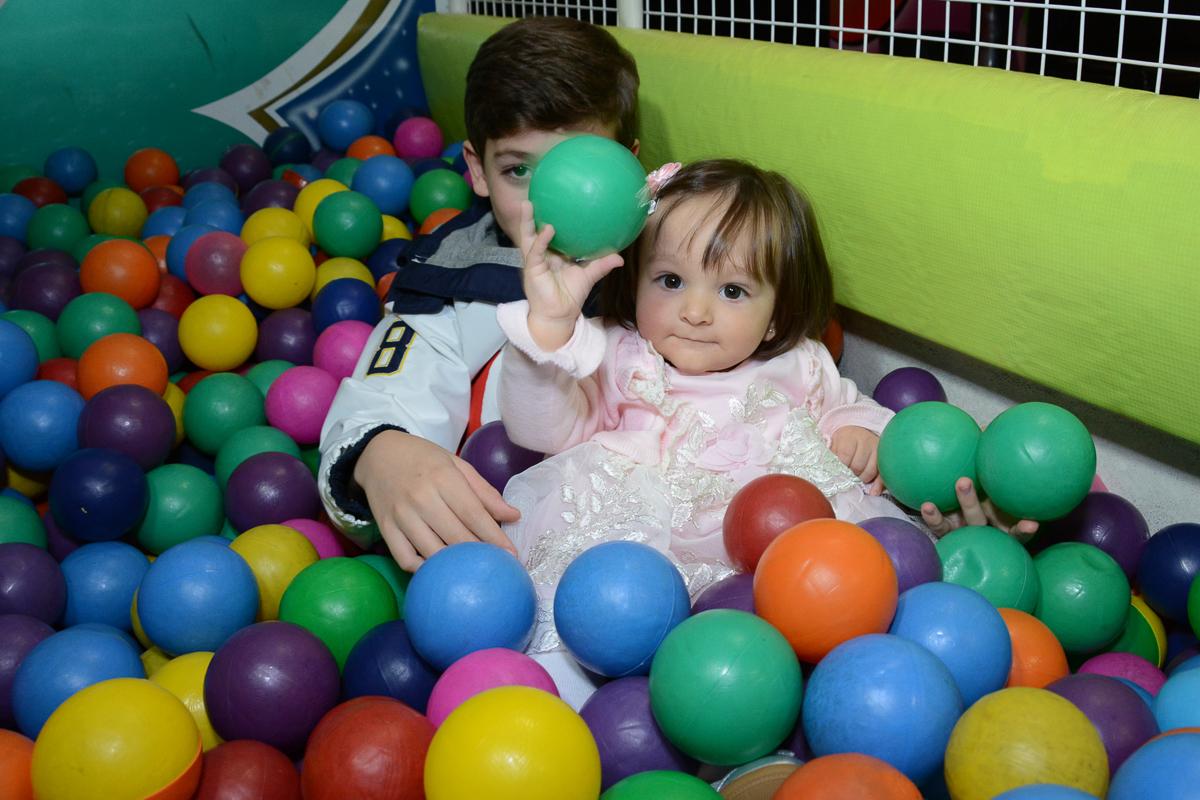 Lorena e o irmão na piscina de bolinha  no Buffet Planeta Kids, São Paulo - SP