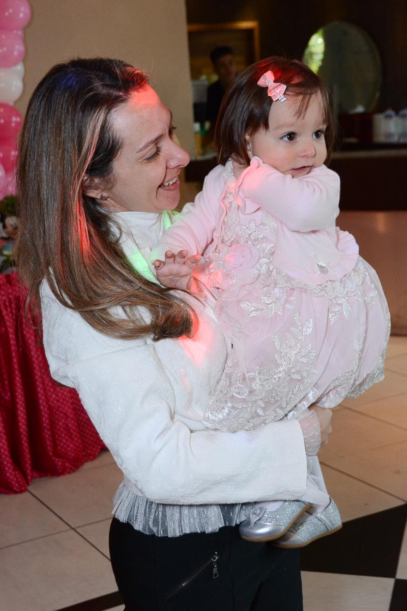 Lorena no colo da mamãe  no Buffet Planeta Kids, São Paulo - SP