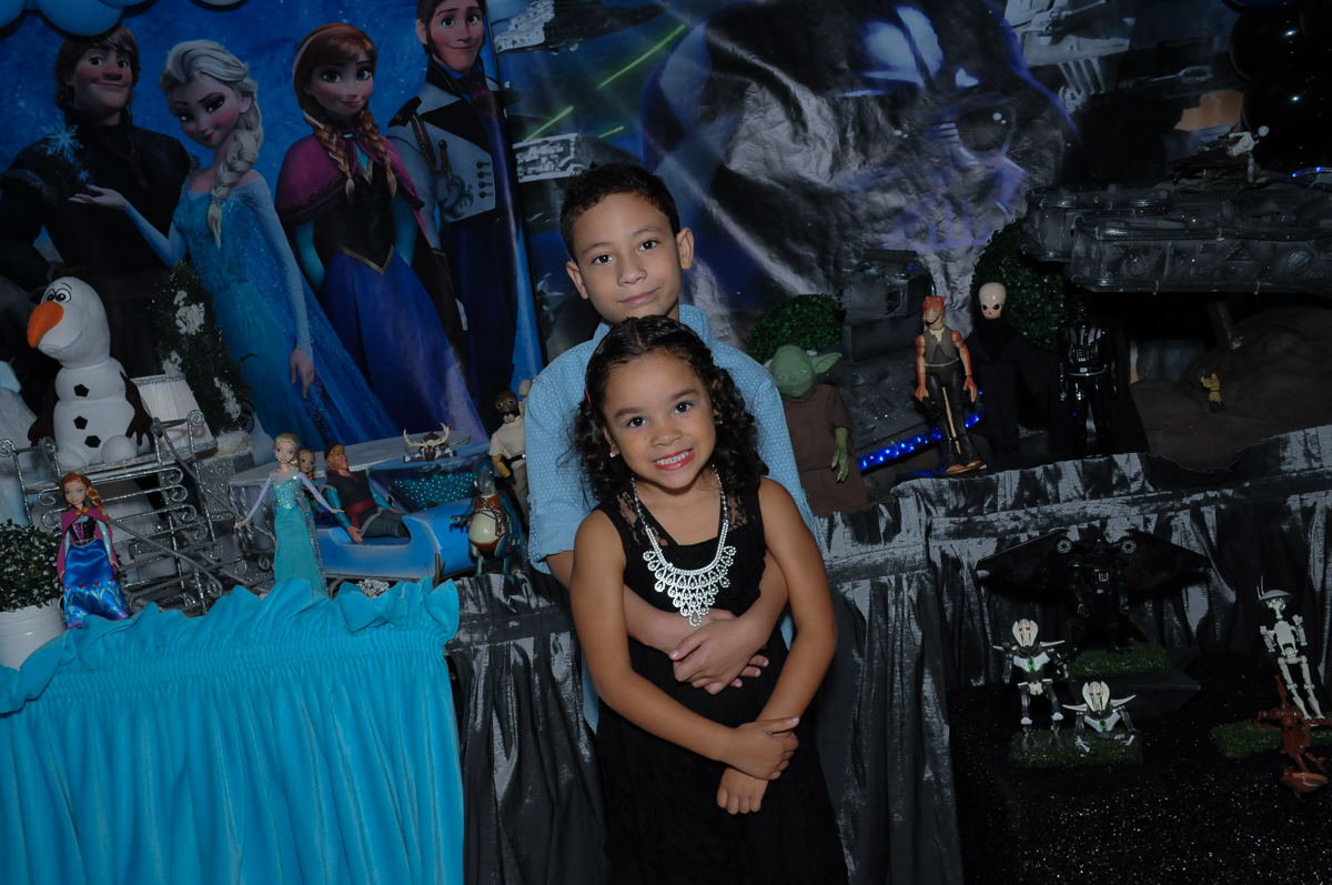 Gabriel e Anna em frente a mesa decorada  Buffet Zureta-Osasco -SP