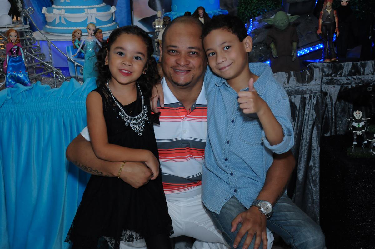 Gabriel e Anna com o papai em frente a mesa decorada  Buffet Zureta-Osasco -SP