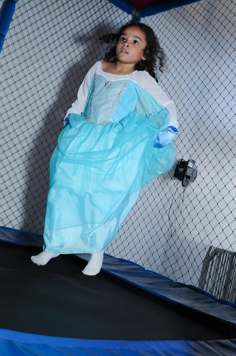 Anna vestida de Frozen no pula pula no  Buffet Zureta-Osasco -SP