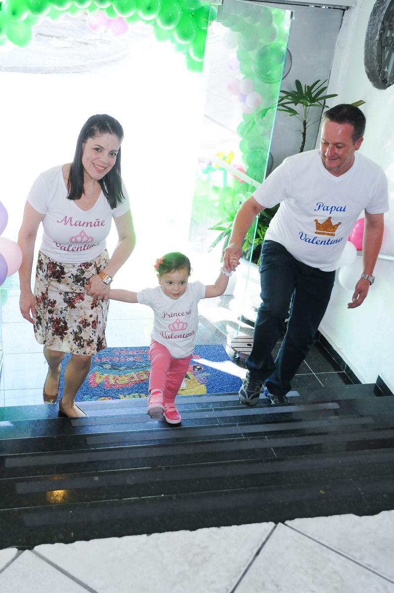 entrada da aniversariante e os pais no Buffet Fábrica da Alegria
