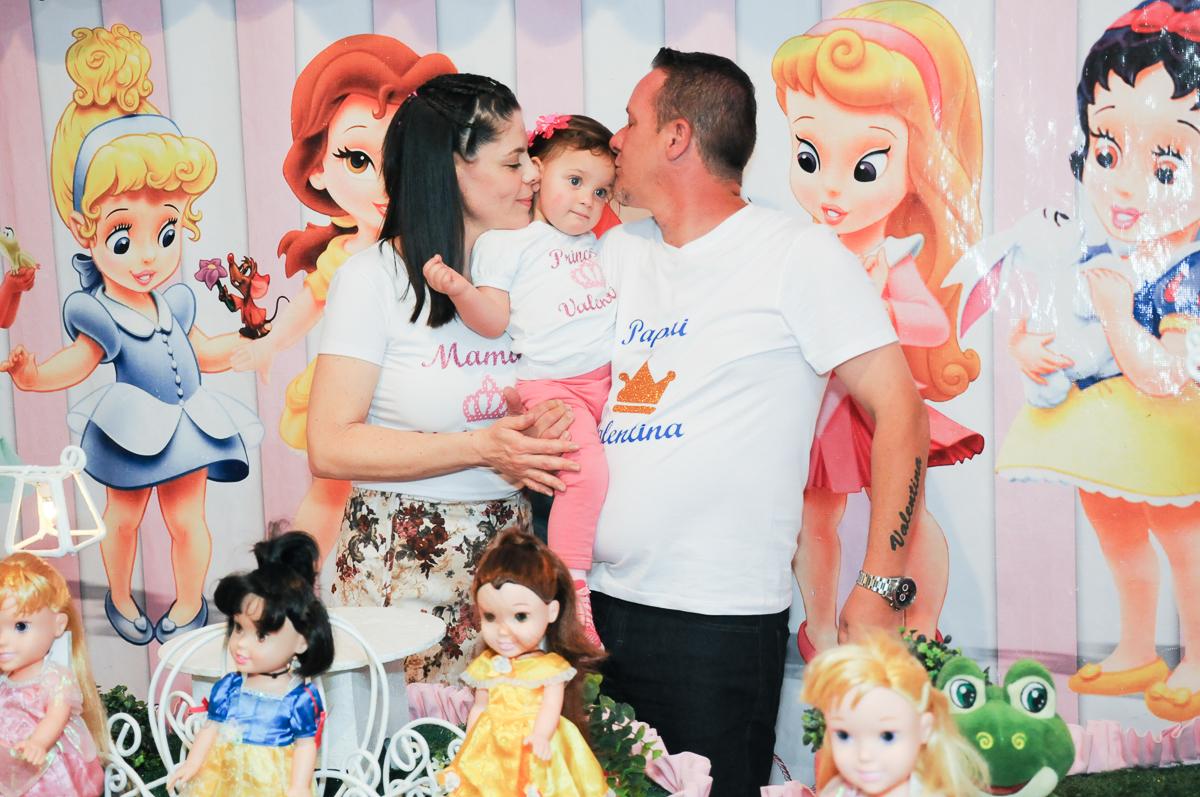 carinho dos pais com a Valentina no Buffet Fábrica da Alegria