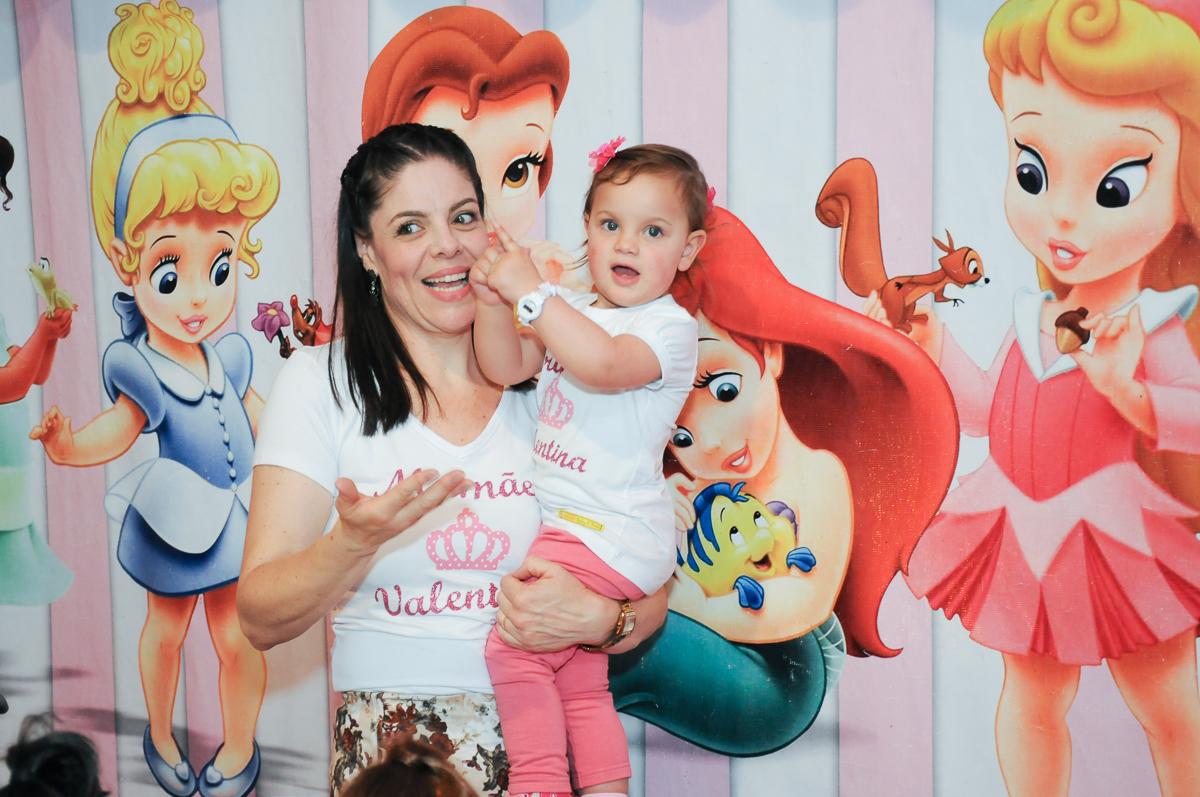 alegria da mamãe e aniversariante em frente a mesa decorada no Buffet Fábrica da Alegria