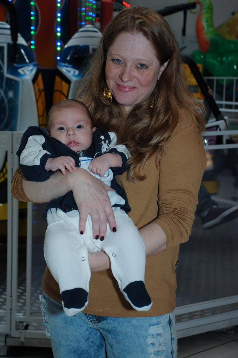 bebê no colo da convidada no Buffet Fábrica da Alegria, Osasco