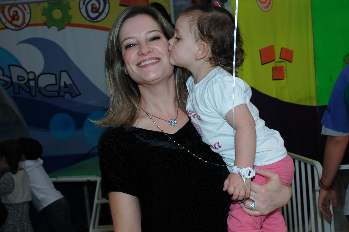 convidada ganhando um beijo da aniversariante no Buffet Fábrica da Alegria, Osasco