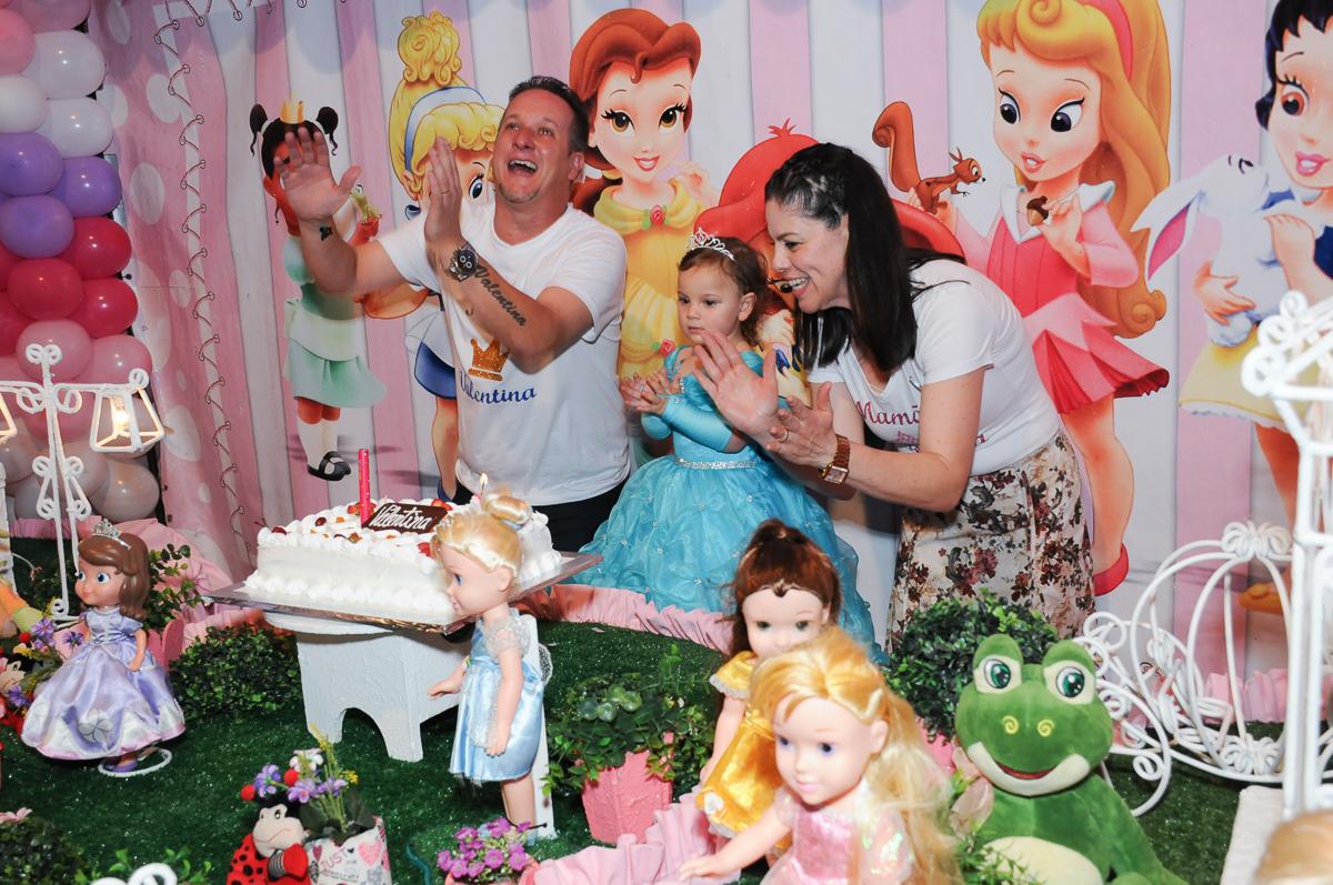emoção dos pais no parabéns da valentina no Buffet Fábrica da Alegria, Osasco
