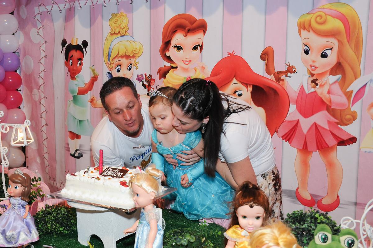 papai,mamãe e valentina soprando a vela do parabéns no Buffet Fábrica da Alegria, Osasco