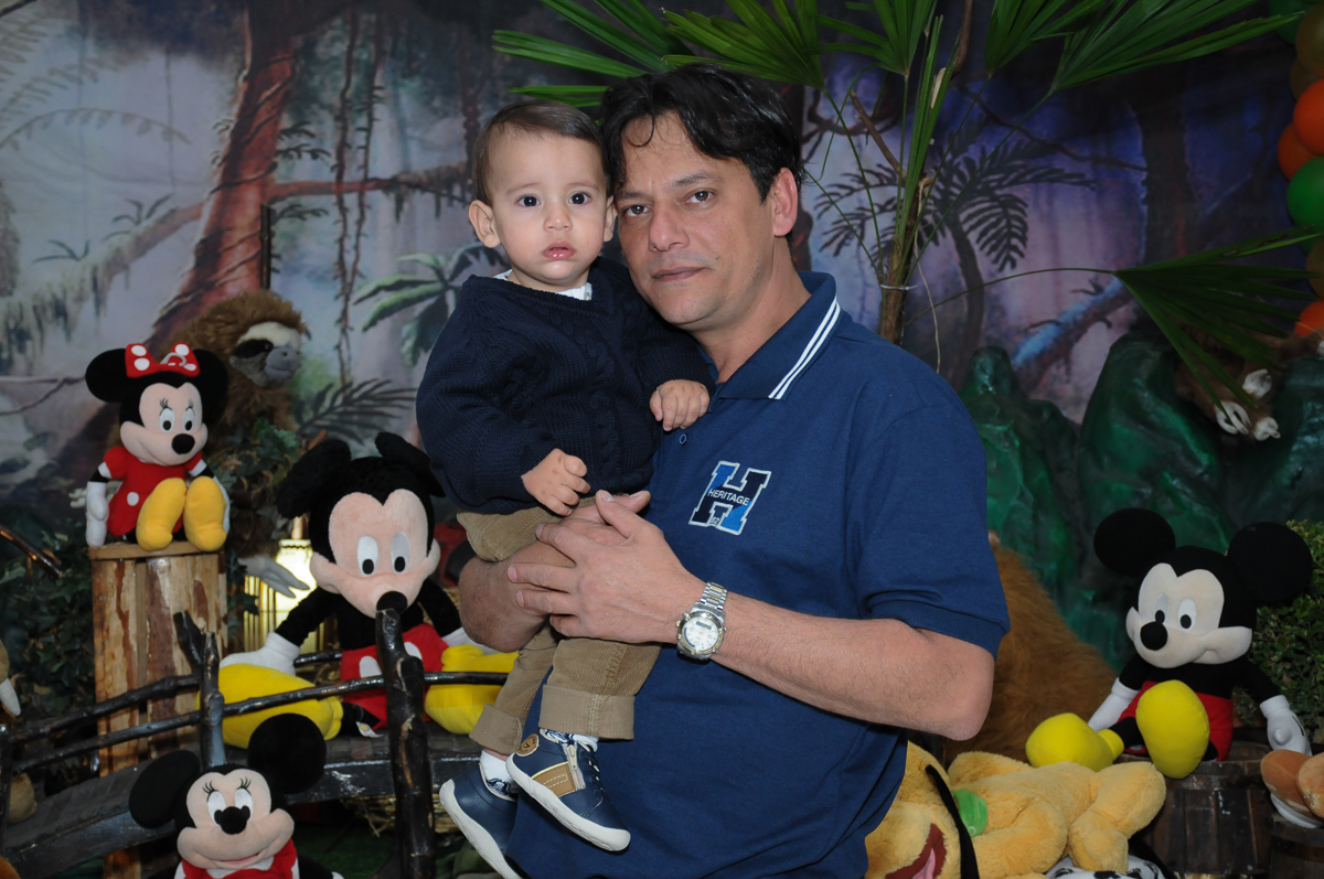 Lucas e o papai em frente a mesa do mickey no Buffet Fábrica da Alegria, SP