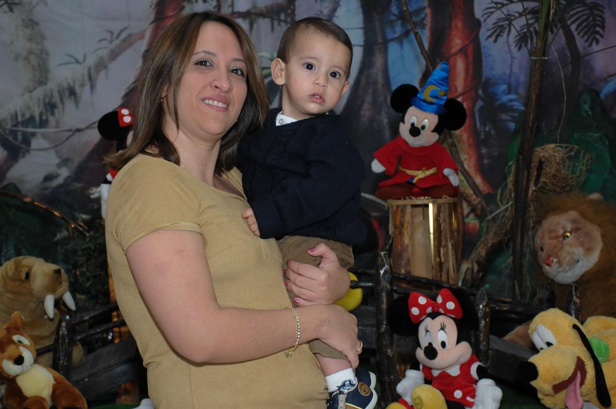 mamãe e lucas em frente a mesa do mickey no Buffet Fábrica da Alegria, SP