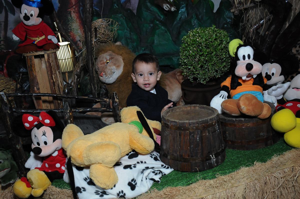 Lucas decorando a mesa do mickey no Buffet Fábrica da Alegria, SP