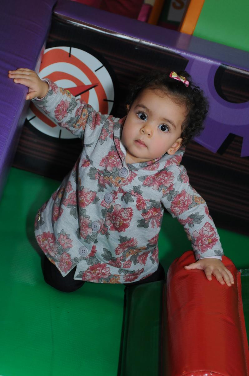 amiguinha brincando na área baby do Buffet Fábrica da Alegria, SP