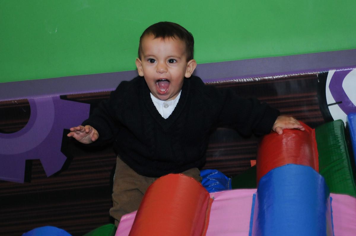 lucas brincando na área baby do Buffet Fábrica da Alegria, SP