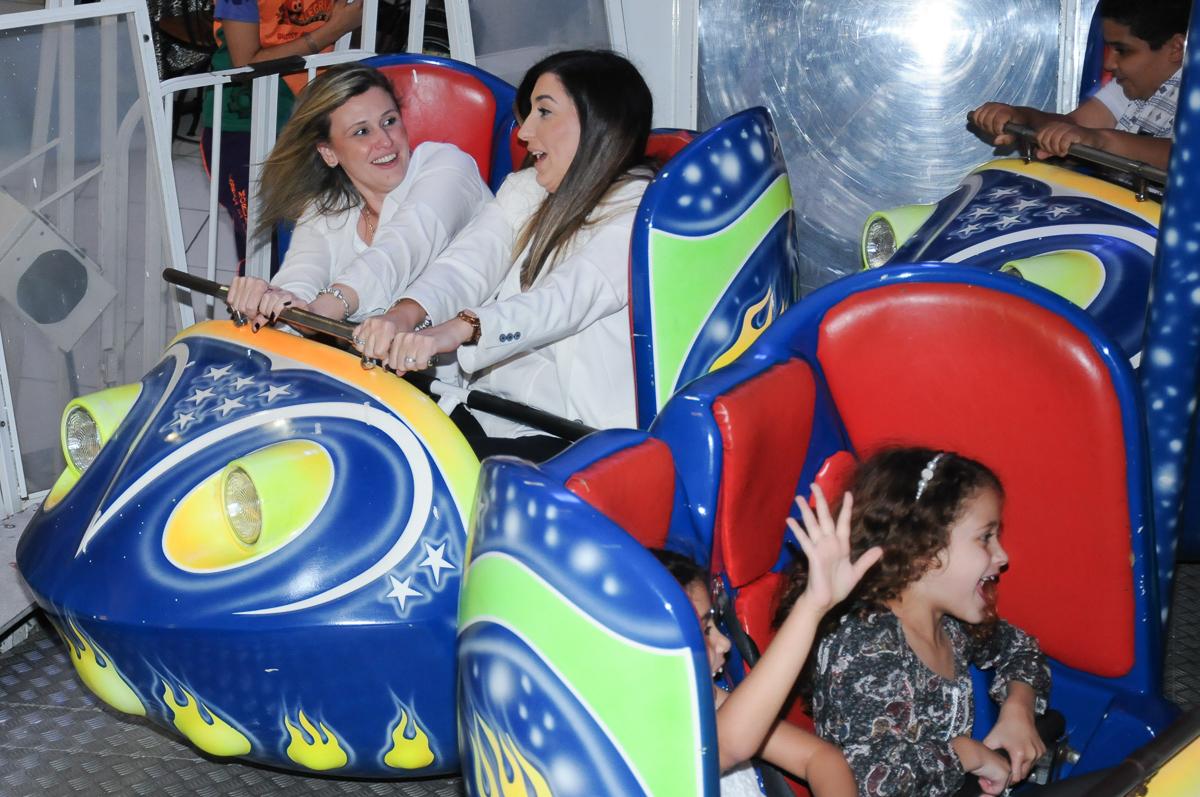 adultos brincando no gira gira no Buffet Fábrica da Alegria, SP