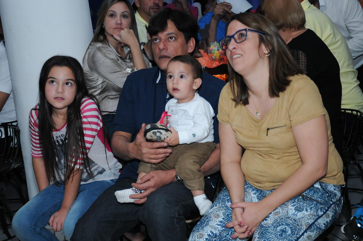 a família assistindo a retrospectiva no Buffet Fábrica da Alegria, SP