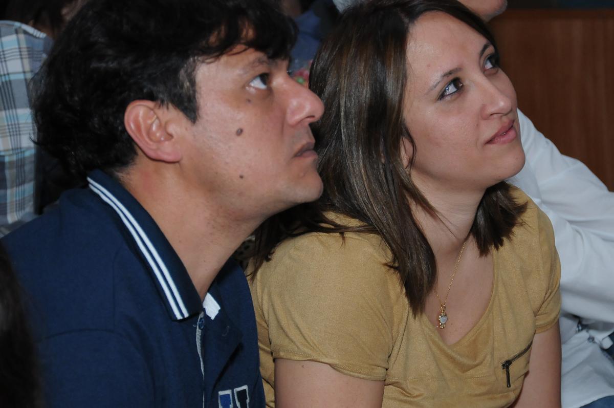 papai e mamãe assistindo a retrospecitiva no Buffet Fábrica da Alegria, SP