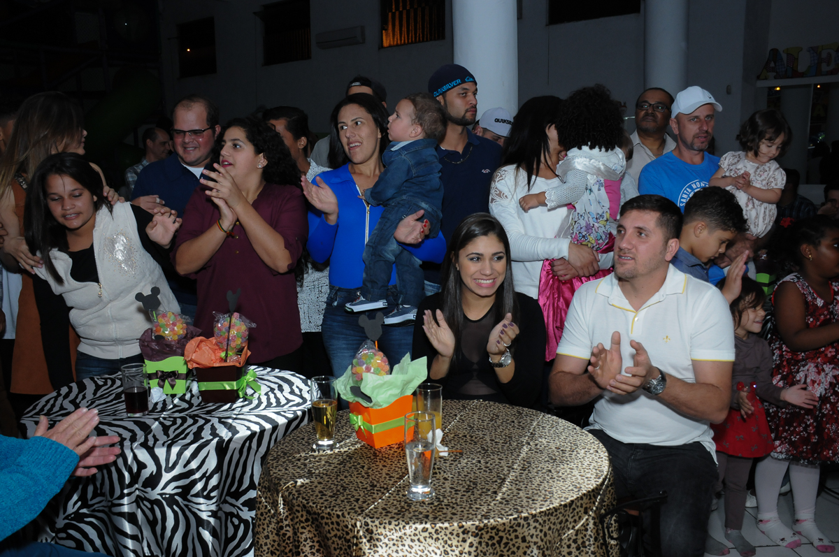 convidados cantando parabéns para lucas no Buffet Fábrica da Alegria, SP