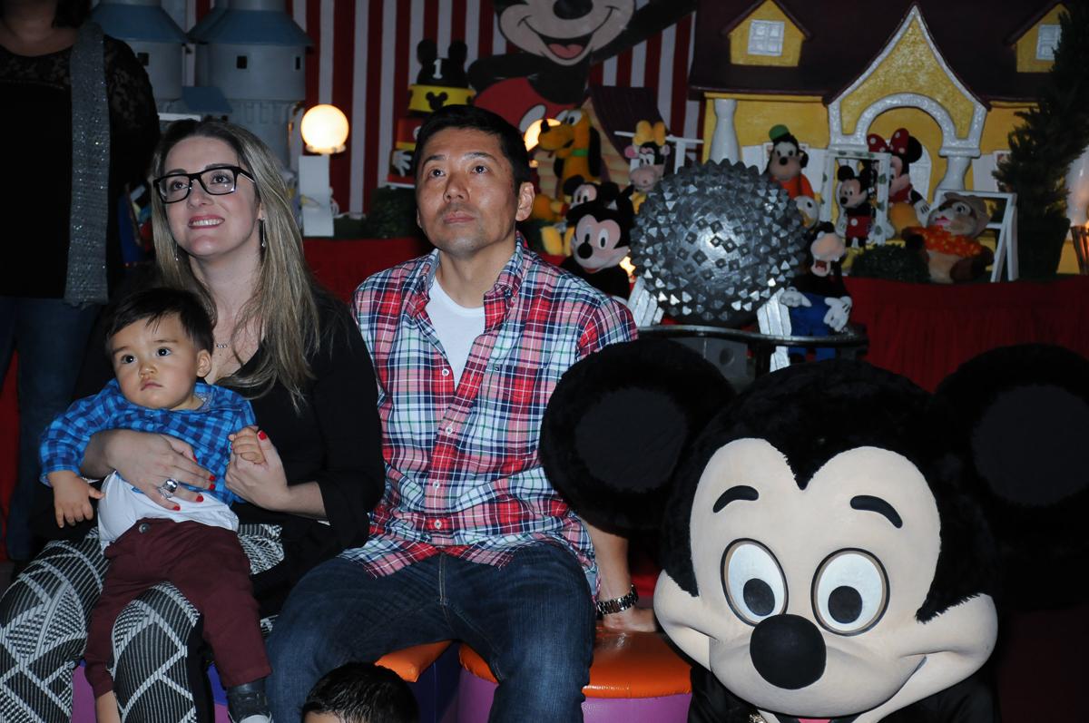 papai e mamãe e caio assistindo a retrospectiva no fachada do buffet magic joy, saude