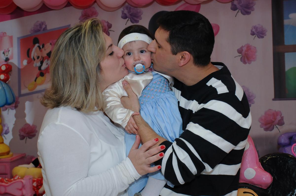 ana clara ganhando beijinho dos pais no Buffet Lé com Cré