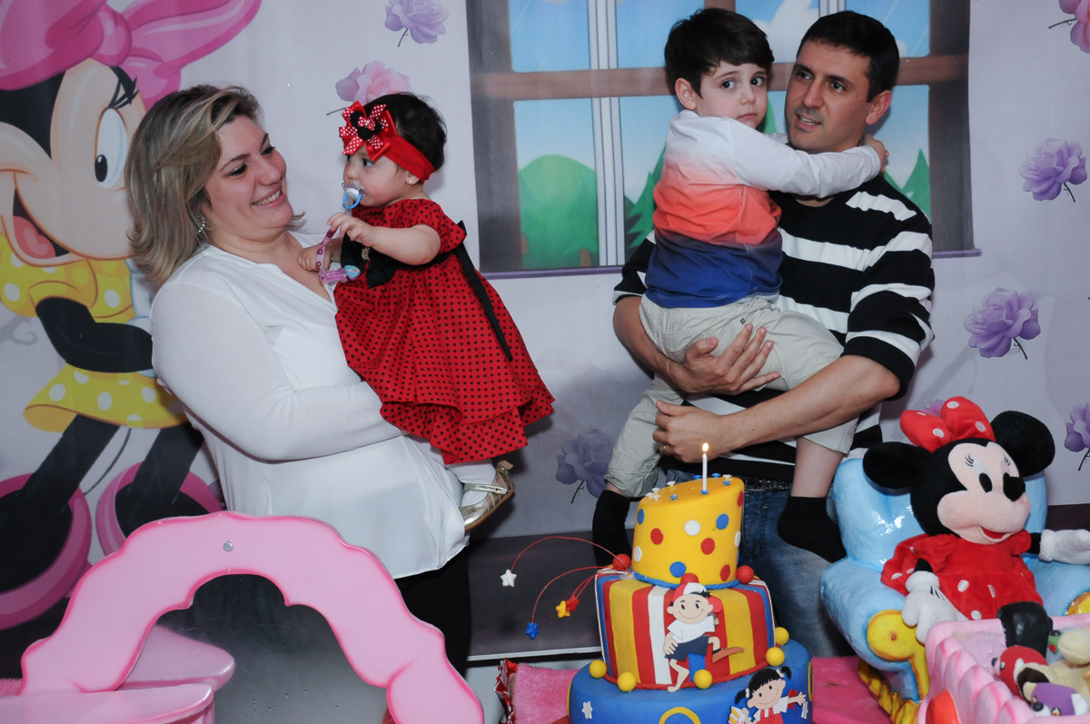família cantando parabéns para ana clara no Buffet Lé com Cré