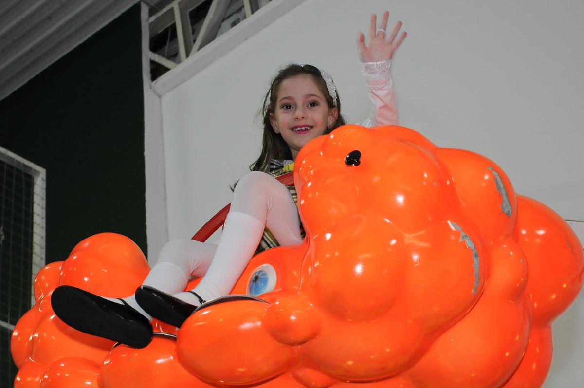 lara no brinquedo nuvem no Buffet Zezé e Lelé